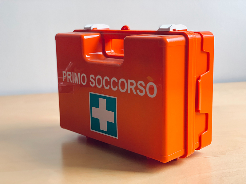 cassetta di primo soccorso rossa su tavolo di legno