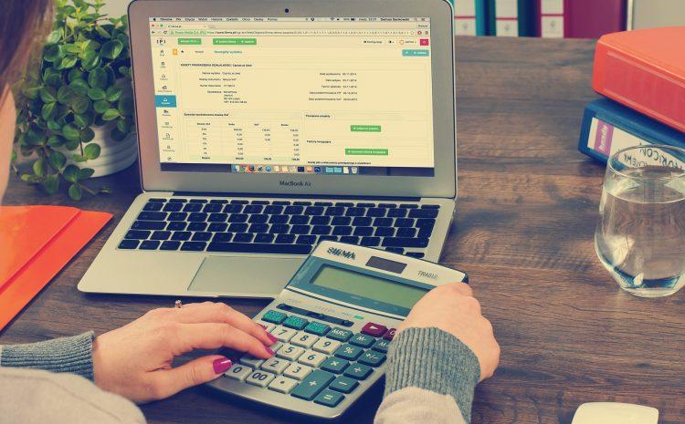 Donna in ufficio calcola una fattura elettronica